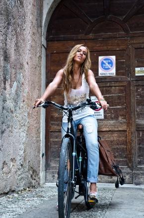 Quando due ruote non bastano… rispondiamo alla pubblicità che segna il sorpasso della bici sull'auto.